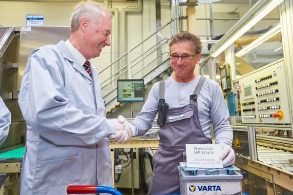 Production record: Matthias Horn, plant manager Johnson Controls Sachsen-Batterien GmbH & Co. is presented the 40 millionth AGM battery by employee Jürgen Ahnert.